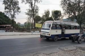 """Les bus locaux, les """"ramasseurs"""" dans la ville de Pokhara au Népal"""