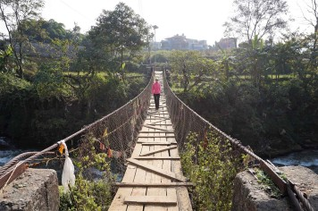 pokhara-bridge-hike-peace-pagoda