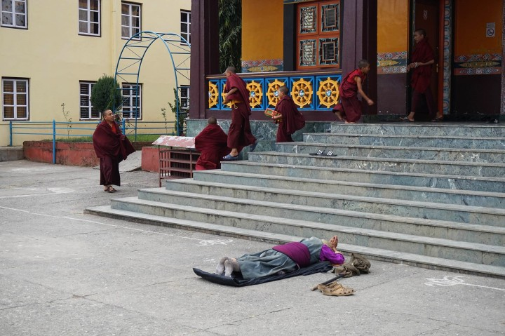 prayer-priere-buddhist-temple-pokhara-nepal
